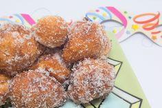 Le zeppole siciliane, conosciute anche come sfincitelle, sono delle palline d'impasto fritte ricoperte di zucchero croccanti all'esterno e sofficissime nel cuore.