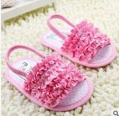 Resultado de imagem para fazer antiderrapante no sapato de bebe em tecido American Girl Clothes, Girl Doll Clothes, Doll Clothes Patterns, Baby Sandals, Baby Booties, Baby Doll Shoes, Baby Dolls, Baby Knitting, Crochet Baby