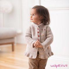 Met dit Cool Wool meisjes vest is je kleine meid nog schattiger! Het vestje is een lang model met een mooi kraagje. Door de speelse structuur, de wijd uitlopende onderkant en de vrolijke bloemetjes is dit vest perfect voor meisjes. Ontdek dit afwisselende patroon en haak dit schattige vestje. Crochet Bebe, Crochet Round, Hand Crochet, Free Crochet, Knit Crochet, Knitting For Kids, Baby Knitting Patterns, Crochet For Kids, Crochet Patterns