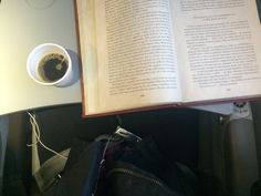 Um café e um bom livro. #cafe #livro #ler #leitura #sherlock #sherlockholmes #romances #romance #azul #aviao #lernoaviao #viajar #voar #viajem #brasil #brazil