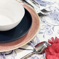 Festive, patriotic or just plain summery. This classic colour combination is a must for warmer weather, and sure to put you in a good mood! Contemporary Tabletop, Blue Table Settings, Table Top Design, Pattern Mixing, Good Mood, Cleaning Wipes, Dinnerware, Red And White, Dishes