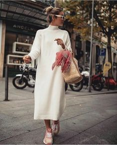 Best Ideas Winter White Outfit to Look Fresh From a fresh to death blazer, to a chunky knit and trousers, and a slip dress with elegance to spare. There's no faster way to look unapologetically f. White Outfits, Fall Outfits, Casual Outfits, Mode Outfits, Fashion Outfits, Womens Fashion, Fashion Tips, Fashion Week, Look Fashion