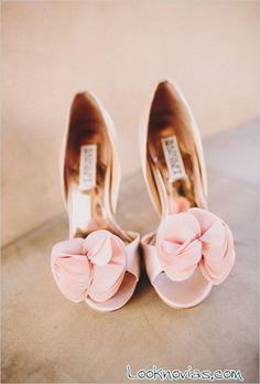 zapatos rosa con flor