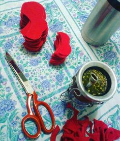 Mate & chickens #ciotalia Chicken Store, Kitchen Decor, Cool Designs, Instagram Posts, Red, Handmade, Hand Made, Handarbeit