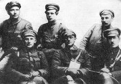 Группа командиров полка особого назначения XV армии (посередине сидит командир полка Я. Бейка).