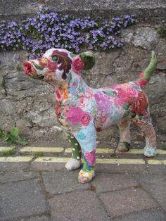 Продолжаю тему декоративной таксидермии. Ранее я рассказывала о Донье Ковард и Барбаре Дузэн. Сегодня представляю вашему вниманию Бриони Дженингс из Англии. Она изучала ювелирное искусство в Бирмингемском университете, но стала известной прежде всего благодаря своим уникальным текстильным скульптурам. Она работала креативным директором в Zigzag Jewels ltd.