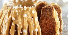 Mehevän piimäkakun jouluisen version maustavat piparkakuista tutut mausteet. Kaunis kinuskikastike-tuorejuustokuorrutus aateloi kakun juhlapöytään sopivaksi!