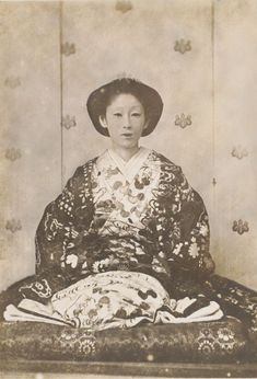 Takeko the daughter of Matsudaira Naoyoshi. The husband died at the age of 23 years old her. She lived to be 80 years old. This photograph was taken in Edo era / Meiji era / Taisyo era. Japanese History, Asian History, Vintage Japanese, Japanese Art, Old Pictures, Old Photos, Era Meiji, Vintage Photos Women, Japanese Costume