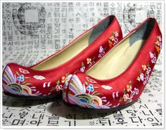 Traditional Korean Shoes : 꽃신 (kkotshin) flower shoes