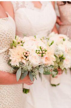 Romantic Summer Wedding at Pippin Hill Farm & Vineyards - Braut blumen - Beach Wedding Flowers, Bridal Flowers, Flower Bouquet Wedding, Floral Wedding, Summer Wedding, Wedding Day, Wedding Peach, Ranunculus Wedding, Flowers Wine