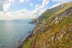 Empruntez le DART, le petit train qui longe la côte irlandaise !   #ireland #irlande #alainntours #train #coast #sea  © Unsplash