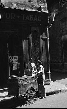 Le Service des Postes devant le 54 de la rue Saint-André-des-Arts, en 1952. Une photo de © Henri Carter-Bresson  (Paris 6ème)