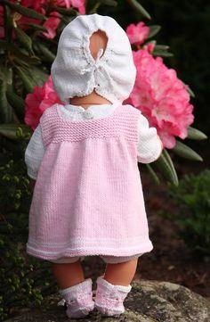 Beautiful knitting pattern from Maulfrid Gausel for Baby born Knitted Dolls Dress Pattern, Doll Dress Patterns, Clothing Patterns, Baby Boy Knitting, Knitting For Kids, Baby Knitting Patterns, Baby Born Clothes, Knitting Dolls Clothes, Summer Dress Patterns