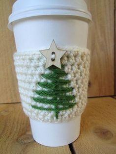 Viste a tu café o té con este festivo café reutilizable acogedor. Este acogedor café es reutilizable y fácil de llevar con usted. . El árbol es mano bordada y se remata con un botón de estrella de madera. Estos hacen maravillosa media embutidoras, regalos maestros, regalos de elefante