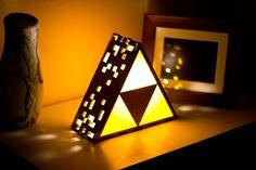 Construit avec un beau cadre en bois teinté foncé et acrylique triforce en plastique jaune. Les côtés de la lampe sont stylisées avec 8-bit
