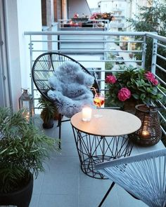 String chairs and matching coffee table and lantern on tiny balcony - Creatorvox - Kleiner Balkon - Design Rattan Furniture Small Balcony Design, Small Balcony Garden, Small Balcony Decor, Small Patio, Balcony Ideas, Patio Ideas, Patio Design, Balcony Gardening, Small Porch Decorating