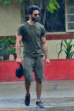 actor Shahid Kapoor at a Gym In Bandra, Mumbai bollywood actors and actress photos, videos and lot more about bollywood world from bollywoodmirchitadka. Actor Picture, Actor Photo, Beard Styles For Men, Hair And Beard Styles, Girl Celebrities, Indian Celebrities, Bollywood Actors, Bollywood Celebrities, Indian Men Fashion