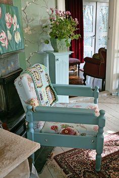 Turkoosiksi tuunattu 70-luvun nojatuoli. 70's armchair remade turquoise. | Unelmien Talo&Koti Toimittaja: Anette Nässling Kuva: Toni Härkönen