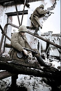 Soldados soviéticos en fábrica Octubre Rojo, 1942.