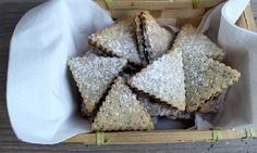 Bezlepkové linecké s mákem a povidly Christmas Sweets, Christmas Wrapping, Christmas Cookies, Cooking Cookies, Something Sweet, Sweet Life, Sweet Recipes, Cookie Recipes, Food And Drink