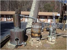 Oldtimers were creative in the ways they made their own moonshine still plans. We share their innovation here, plus a few flavored moonshine recipes. Moonshine Still Plans, Copper Moonshine Still, How To Make Moonshine, Moonshine Whiskey, Home Distilling, Distilling Alcohol, Moon Shine, Flavored Moonshine Recipes, Homemade Still