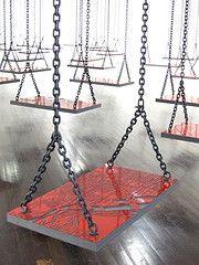 Suspendu  2009-2010 Installation 40 balançoires en médium noir replaqué de faces stratifiées rouges, chaînes en métal