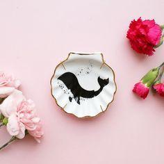 O estúdio Pamelitas traz peças contemporâneas em porcelana pintadas à mão, com temas femininos, místicos e da natureza.