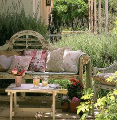 Distressed garden bench - so cool!