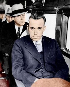 John Dillinger in custody on a train to Indiana (colorized) Gangster Style, Real Gangster, Mafia Gangster, Baby Face Nelson, Mafia Crime, Nicole Murphy, Einstein, Al Capone, Tough Guy