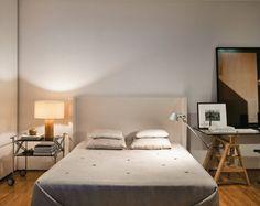 """A base da decoração deste quarto, projetado pelo arquiteto e morador Pedro Lazaro, segue um padrão neutro para dar destaque às obras de arte. As poucas peças garantem um visual tranquilo. """"Queria ter o mínimo de aparatos e o máximo de conforto e espaços livres"""", justifica Pedro. A luminária Tolomeo pode se voltar ora para a cama, ora para a mesa."""
