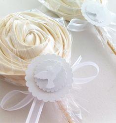 Images from Suspiralle Elegant Cake Pops, Elegant Cakes, Meringue Kisses, Meringue Cookies, Bake Sale Packaging, Sweet Cones, Communion Cakes, Ideas Para Fiestas, Candy Table