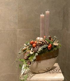 Pin by Francesca Manerchia on Natale composizione Christmas Tablescapes, Christmas Candles, Christmas Centerpieces, Xmas Decorations, Christmas Themes, Christmas Holidays, Christmas Flowers, Christmas Makes, Modern Christmas