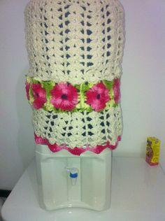 Capa para galão de água de 20 litros em crochê com flores em barbante barroco! R$ 60,00
