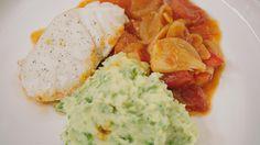 De kabeljauw gaart samen met de groenten in de oven. Zo geeft de jus van de vis nog meer smaak aan het gerecht dat een tikkeltje zoetzuur smaakt door de azijn en de honing.