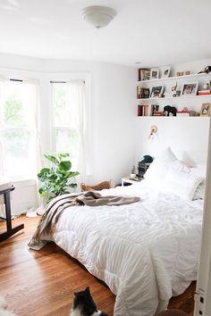 piso de madeira escura, cama branquinha