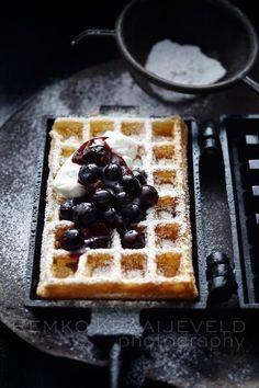 Waffles ( I would love to buy a waffle iron. Blueberry Waffles, Pancakes And Waffles, Breakfast Waffles, Blueberry Sauce, Think Food, Love Food, Belgium Waffles, Food Porn, Waffle Iron