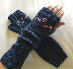 Embroidered Fingerless Gloves--the length!a knit and crochet community Fingerless Gloves Crochet Pattern, Fingerless Gloves Knitted, Crochet Mittens, Mittens Pattern, Knitted Hats, Diy Tricot Crochet, Hand Crochet, Knitting Accessories, Look Fashion
