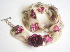 Enveloppement à la main broderie dentelle bracelet ou un collier avec des éléments métalliques et roses satinés. Je vous remercie de votre visite. Vous pouvez regarder dautres modèles ; http://www.etsy.com/shop/accessory8?section_id=11168853