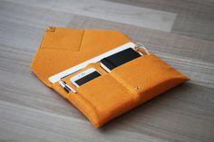 Handgearbeitete Tasche für Ihr Tablet. Aus hochwertigem Filz und Leder gemacht. Eine aufgesetzte Tasche ermöglicht das einfache Transportieren