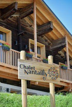 La façade du Chalet Nantailly. Un chalet à la montagne design, écologique et panoramique pour 15 personnes en Savoie. Mailbox, Decoration, Pergola, Chalet Design, Outdoor Structures, Outdoor Decor, Home Decor, Travel, Decor