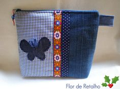 Borboletinha jeans...                                                                                                                                                     Más Patchwork Bags, Quilted Bag, Patchwork Quilting, Bag Patterns To Sew, Sewing Patterns, Sewing Crafts, Sewing Projects, Small Cosmetic Bags, Denim Purse