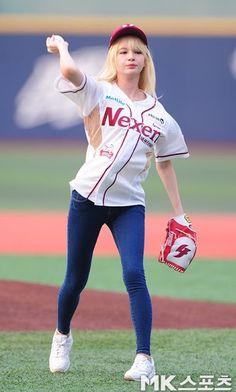 Shannon is a sweet baseball girl Baseball Girls, Baseball Players, S Girls, Cute Girls, Baseball T Shirt Designs, Asian Girl, Graphic Sweatshirt, Sporty, Slim
