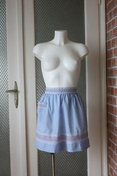 Moña azul delantal bordado a mano de vintage 60s por TulipVintage
