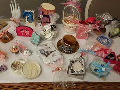 Detalles de boda para las invitadas. Table Decorations, Cake, Desserts, Food, Home Decor, Invitations, Tailgate Desserts, Deserts, Decoration Home
