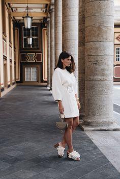 Nina Schwichtenberg trägt ein helles Sommerkleid mit Ring Schließe von Mango, die Chloé Nile Tasche, Pom Pom Sandalen von Zara sowie eine Tommy Hilfiger Uhr & goldenen Ring. Mehr auf www.fashiioncarpet.com