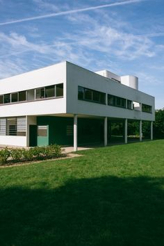 Maristella travels to Poissy, in the outskirts of Paris, to visit Le Corbusier's modernist architecture masterpiece, the Villa Savoye. Interior Architecture, Interior Design, Beautiful Buildings, Villa, Mansions, House Styles, Home Decor, Nest Design, Mansion Houses