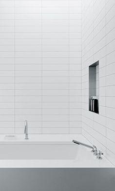 Best Ideas For White Bathroom Tile Designs 45 Room Wall Tiles, White Wall Tiles, White Bathroom Tiles, Kitchen Wall Tiles, Bathroom Tile Designs, Bathroom Layout, Bathroom Renos, Bathroom Interior Design, Modern Bathroom