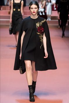 The complete Dolce & Gabbana Fall 2015 Ready-to-Wear fashion show now on Vogue Runway. Dolce & Gabbana, Haute Couture Style, Vogue Paris, Moda Fashion, High Fashion, Trendy Fashion, Fashion Runway Show, Mode Abaya, Winter Mode