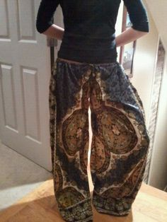 Make these out of oversized skirt or moo moo i need to make these. i love oversized pants. (pjs of course). barefoot t · diy hippie couture Hippie Style, My Style, Bohemian Pants, Recycling, Diy Couture, Diy Fashion, Fashion Design, How To Make Clothes, Boho Diy