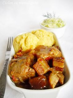 INGREDIENTE:1 bucata ciolan porc crud,400 g piept de porc afumat,5 bucati rosii decojite,7-8 bucati ceapa,4-5 catei usturoi,150 ml vin alb demisec,1/2 lingurita nucsoara macinata,sare,piper macinat,75 ml ulei(sau 1 lingura cu untura de porc), PREPARARE:Ciolanul il perpelim la flacara sa ne asiguram ca nu a mai ramas pe el par, il spalam dupa care il dezosam Romanian Food, Romanian Recipes, Meat Steak, Russian Recipes, Main Meals, Chicken Wings, Lamb, Nom Nom, Grilling